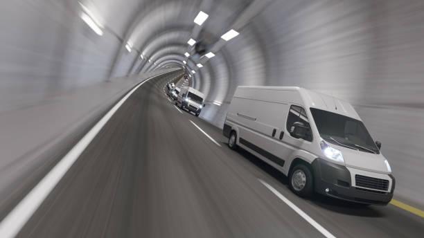 Weiße Vans unterwegs im Inneren des Tunnels – Foto