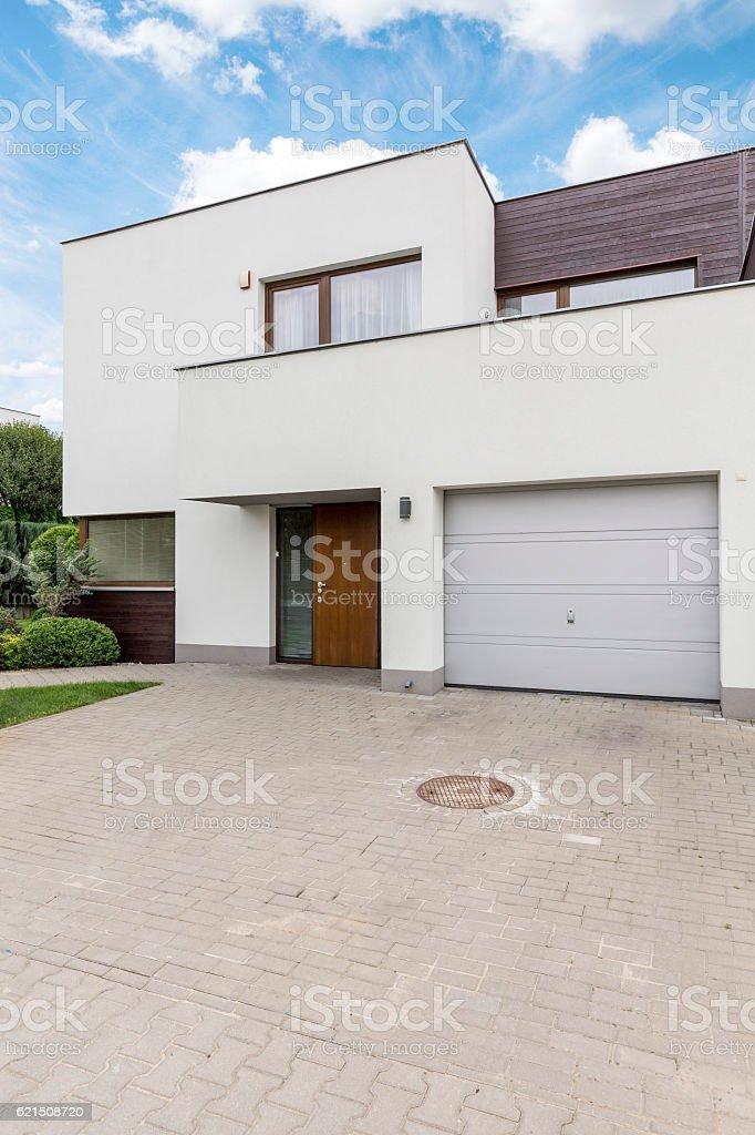 White villa with garage photo libre de droits