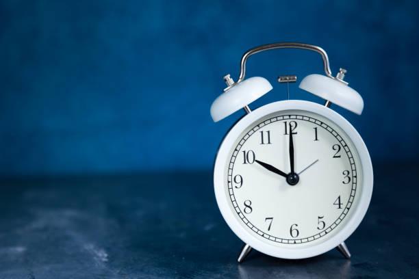 reloj despertador vintage blanco 10:00 o éclock de primer plano - foto de stock