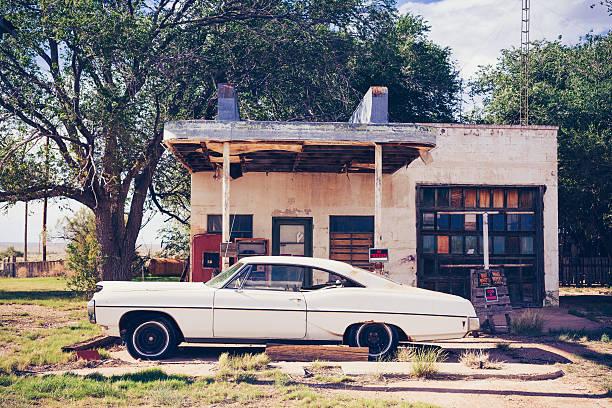 weiße amerikanischen vintage-auto spiegelt sich im verlassenen gas station - alten muscle cars stock-fotos und bilder