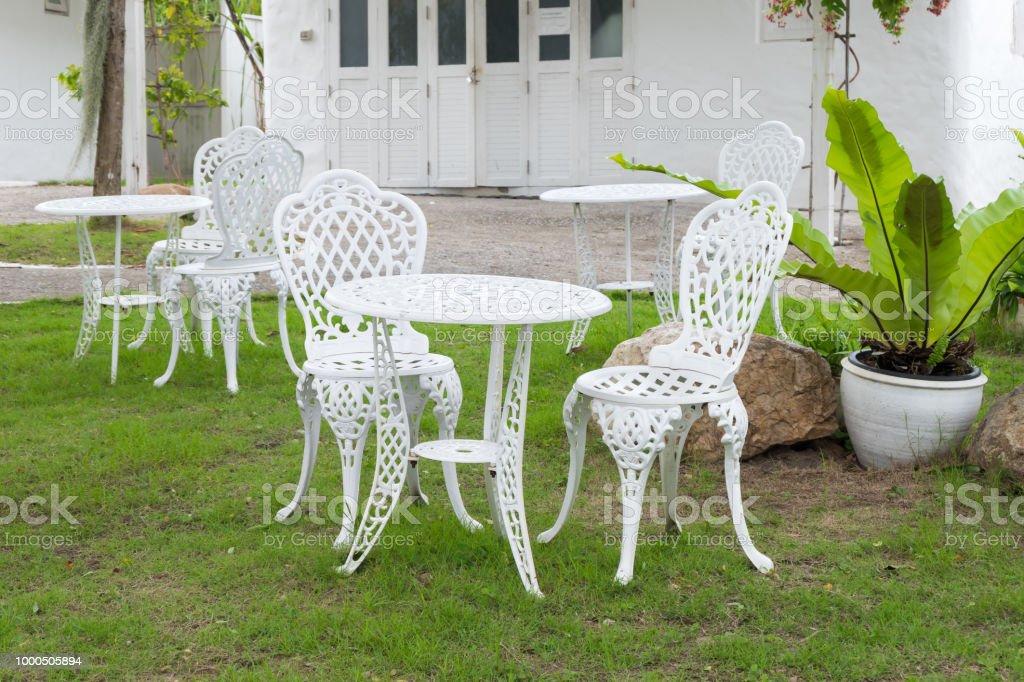 Photo libre de droit de Chaises Vintage Blanches Et Table ...