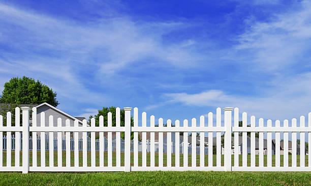 weiße vinyl-zaun und blauer himmel - lattenzaun garten stock-fotos und bilder