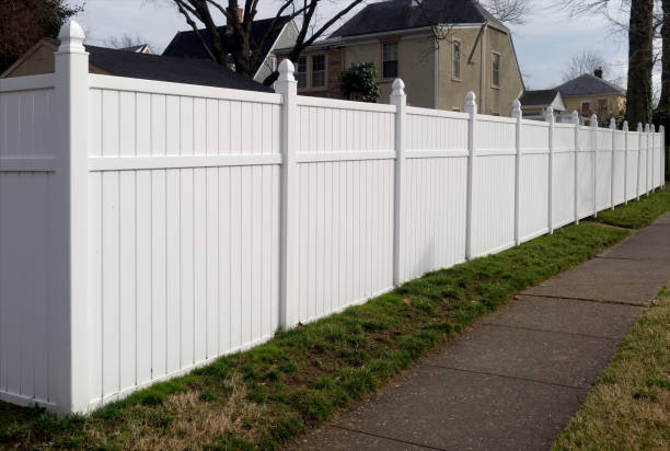 White Vinyl Fence White vinyl fence in residential neighborhood. man made structure stock pictures, royalty-free photos & images