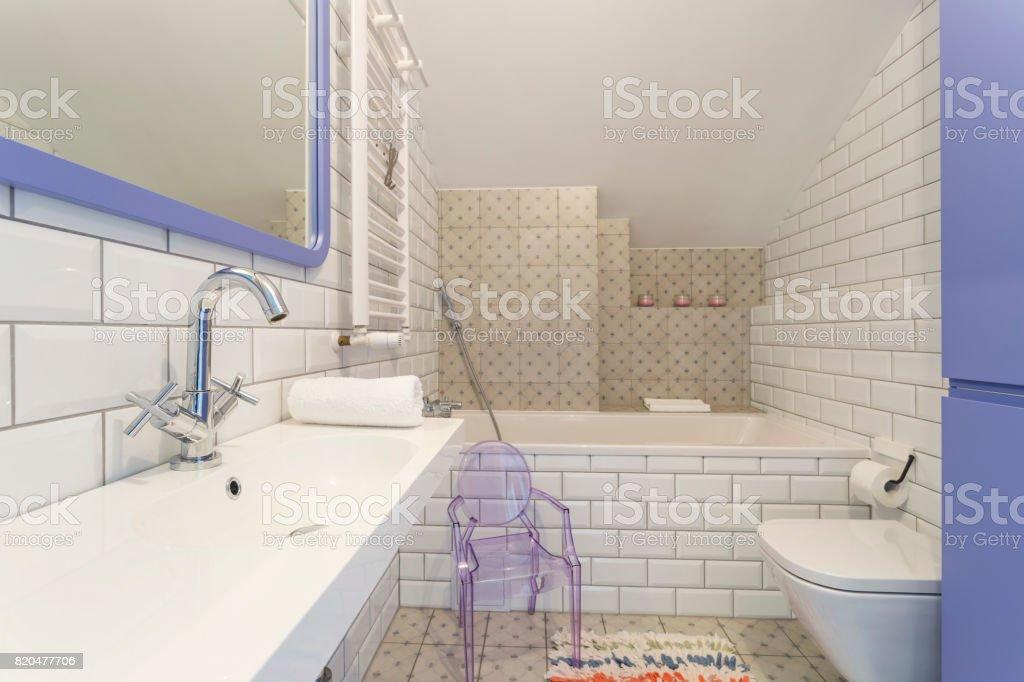 Weiß Violett Badezimmer Mit Kunststoffstuhl Stockfoto und mehr ...