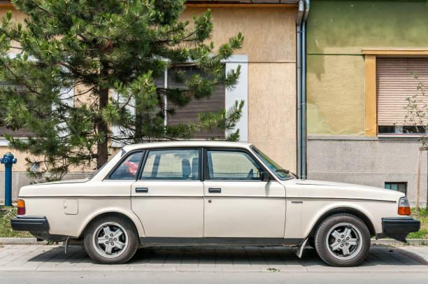 modellen vit volvo 240 bil parkerad på gatan - volvo bildbanksfoton och bilder