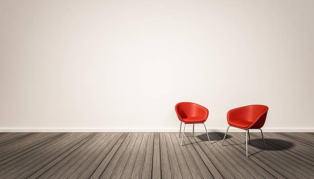 parede branca e piso de madeira escura, com cadeiras vermelhas - dois objetos - fotografias e filmes do acervo