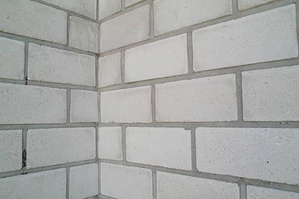 Weiße Wand mit Steinen und corner – Foto