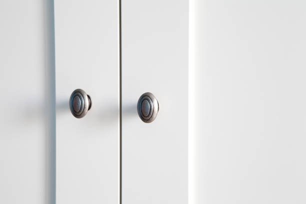 weiße garderobe detail - griffe für küchenschränke stock-fotos und bilder
