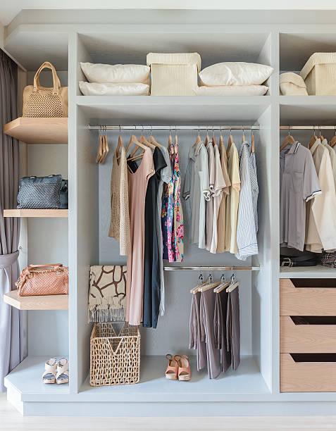 weiße schrank mit hemden und hosen aufhängen - kleiderschrank ohne türen stock-fotos und bilder