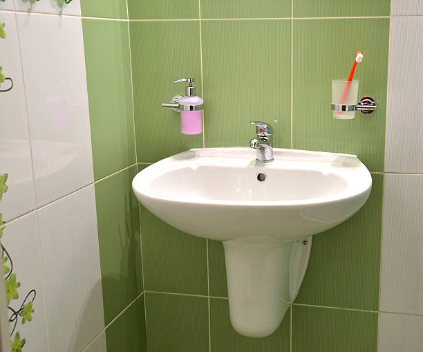 White wash basin, soap container and toothbrush in glass - foto de stock