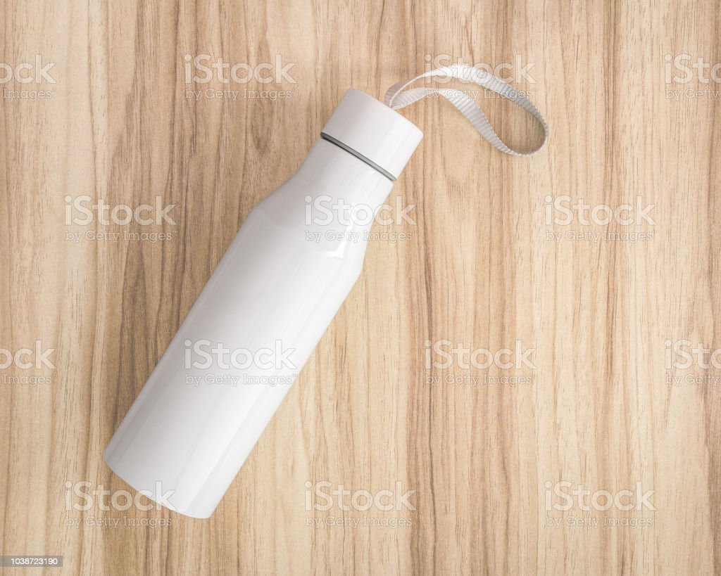 White water bottle on wood background. Insulated container for keep your drink. - foto stock