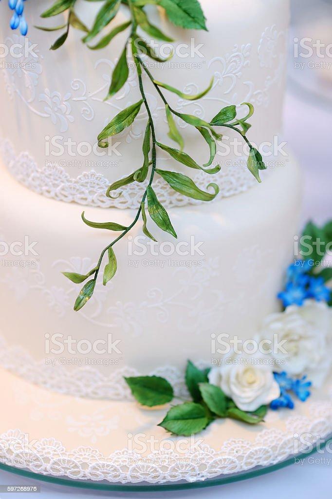 Weißen Hochzeitstorte, dekoriert mit Blumen Lizenzfreies stock-foto