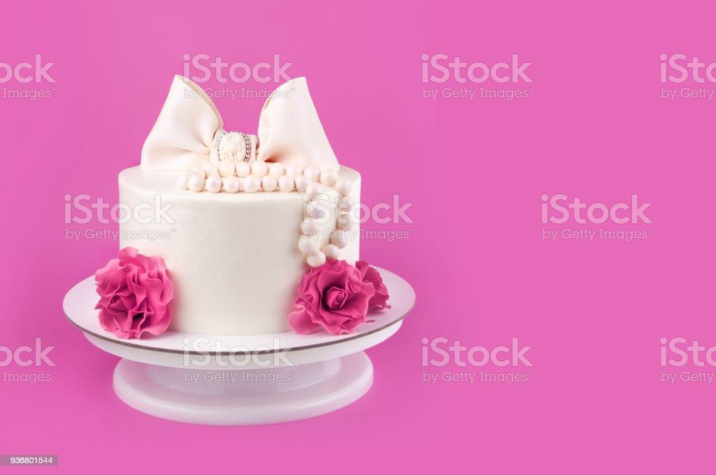 Photo Libre De Droit De Gâteau De Mariage Blanc Sur Un Fond Rose Banque Dimages Et Plus Dimages Libres De Droit De