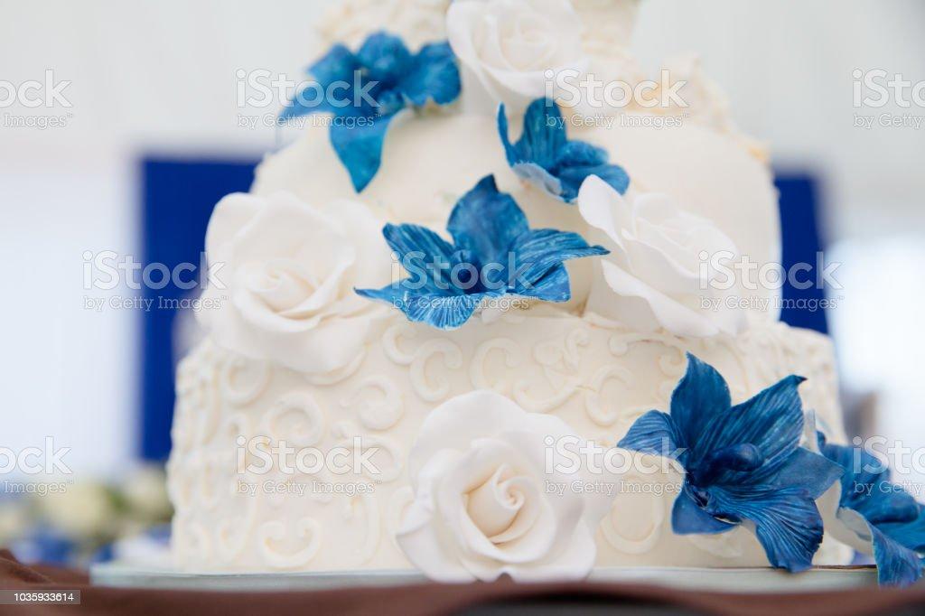 Weisse Hochzeitstorte Mit Blauen Bluten Stock Fotografie Und Mehr