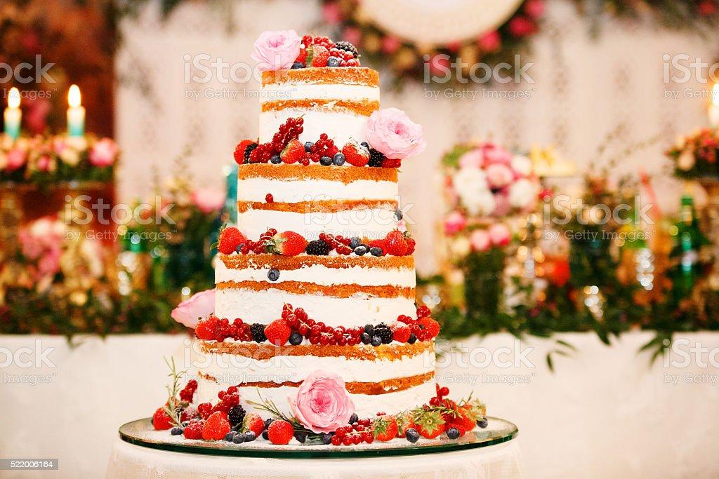 Bolo de casamento com flores brancas - foto de acervo