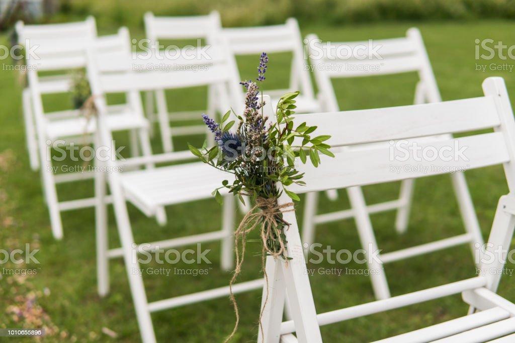 Witte Bruiloft Stoelen Gedecoreerd Met Verse Bloemen Op Een Groen