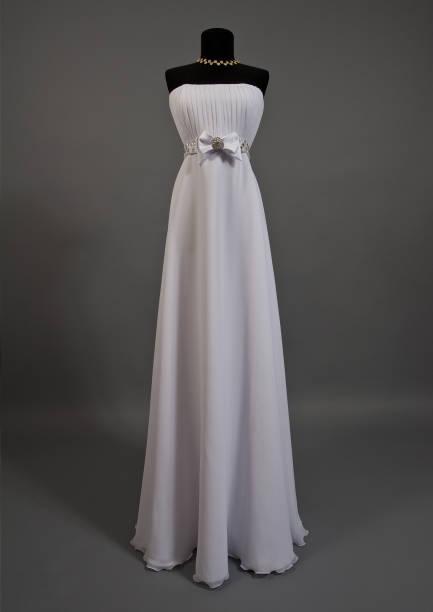 white wedding dress auf eine schaufensterpuppe - hochzeitskleid in schwarz stock-fotos und bilder