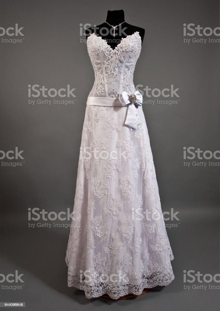 305881f79 Foto de Vestido De Noiva Branco Em Um Manequim e mais fotos de stock ...