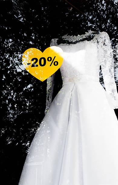 weiße hochzeit kleid mit verkauf zeichen auf dem fenster - hochzeitskleid marken stock-fotos und bilder
