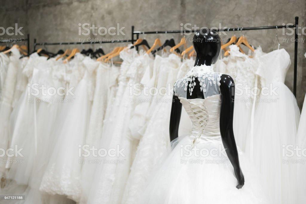 e19644f104 Vestidos de novia blanco se usan en desgaste de maniquí o muñeco para  esperar a la