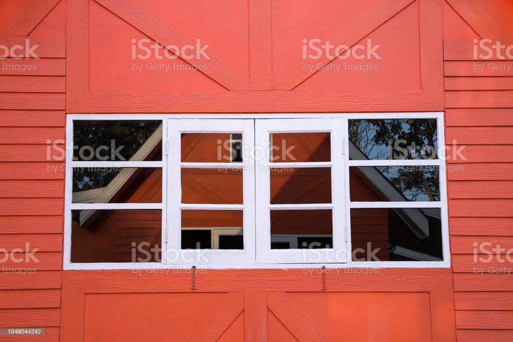 Frame de janela branca na parede de casa laranja vermelha - foto de acervo