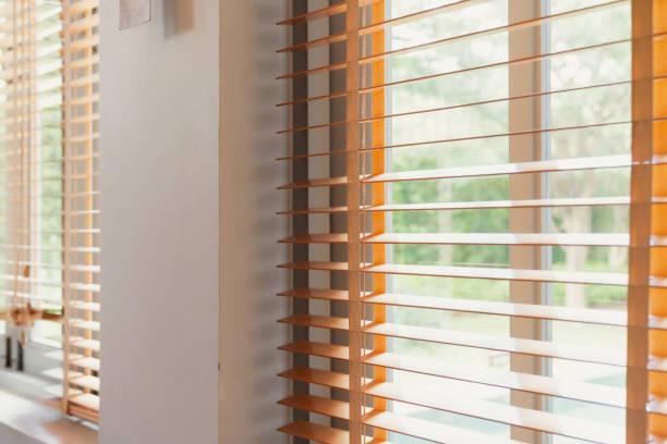 weiße Fenster-Shutter-Jalousie mit Licht von Sun Home Innenkonzept – Foto