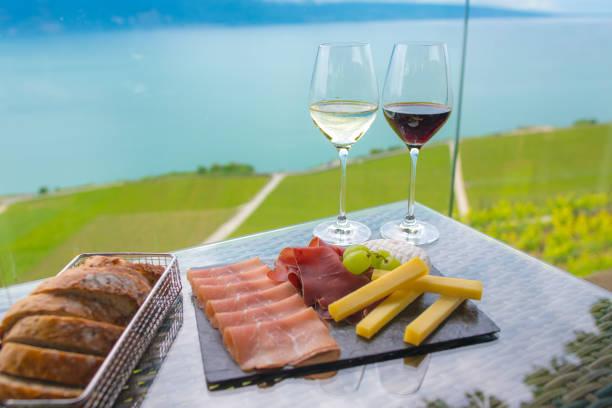 Weißwein und Rotwein mit Mix-snack – Foto