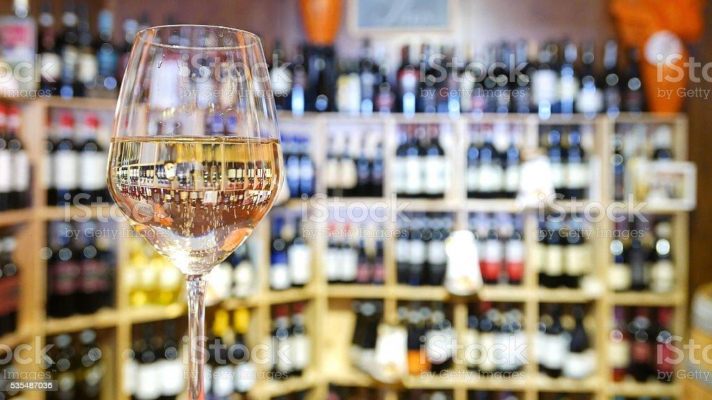 Copo de vinho branco em um bar de vinhos italianos. - foto de acervo