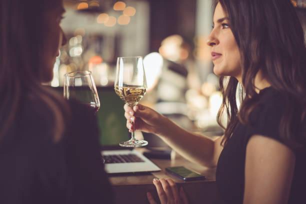beyaz şarap tadımı - bar i̇çkili mekan stok fotoğraflar ve resimler