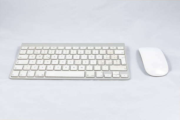 White wireless computer keyboard and mouse - foto stock