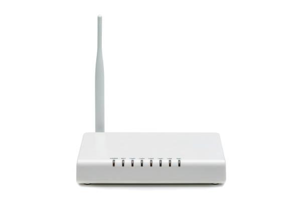 weißen wireless internet-router isoliert auf weißem hintergrund - router stock-fotos und bilder