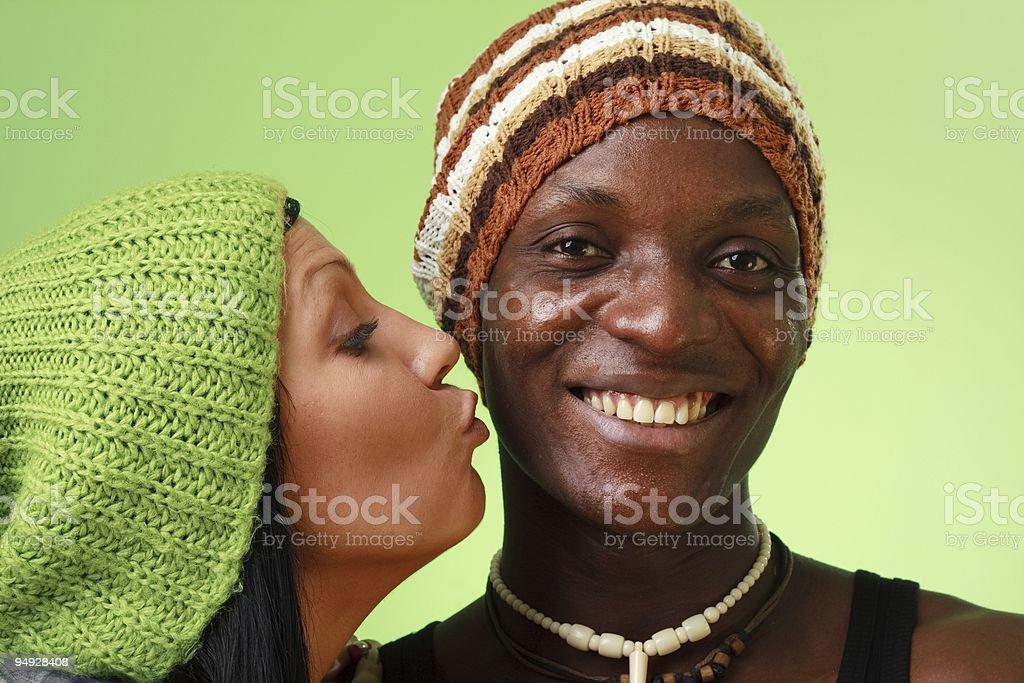 Weiße Frauen küssen schwarze Männer