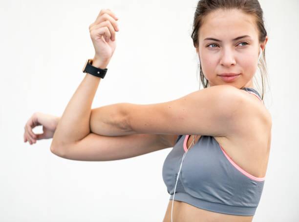 femme blanche étirements avant l'exercice - brassière de sport photos et images de collection