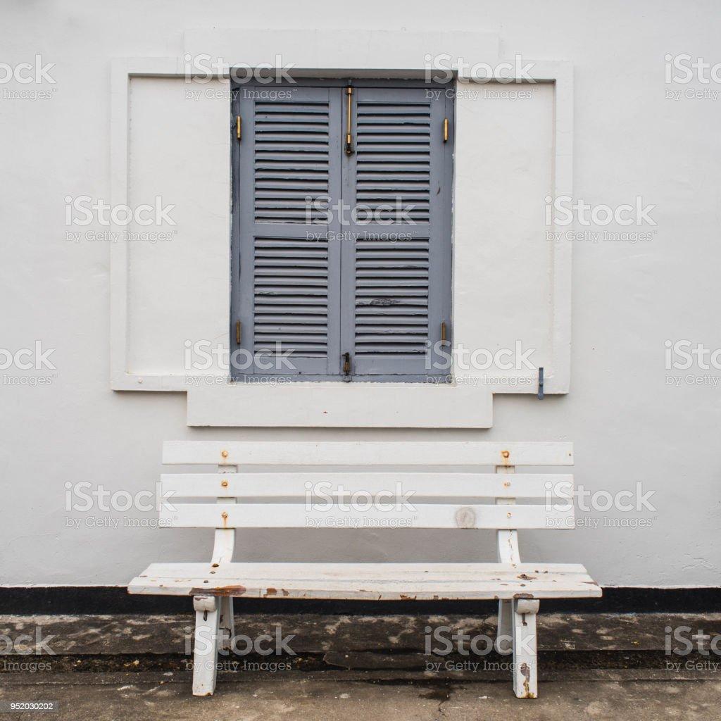 Maison Blanche Et Grise photo libre de droit de banc en bois blanc en face de la