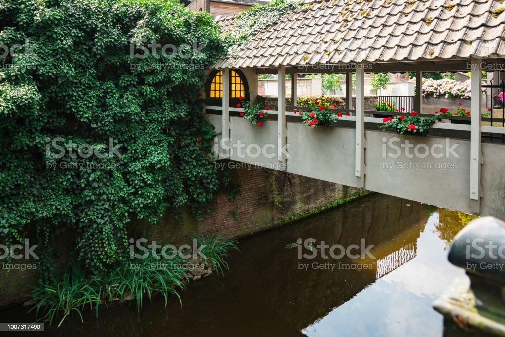 witte houten brug met dakpannen over kanaal in Den Bosch, 's Hertogenbosch, Nederland foto