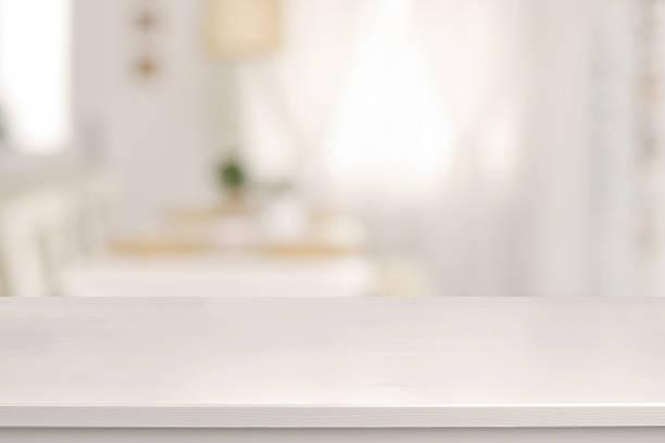 biały drewniany stół i zaburzenia sali jadalnej - selektywna głębia ostrości zdjęcia i obrazy z banku zdjęć