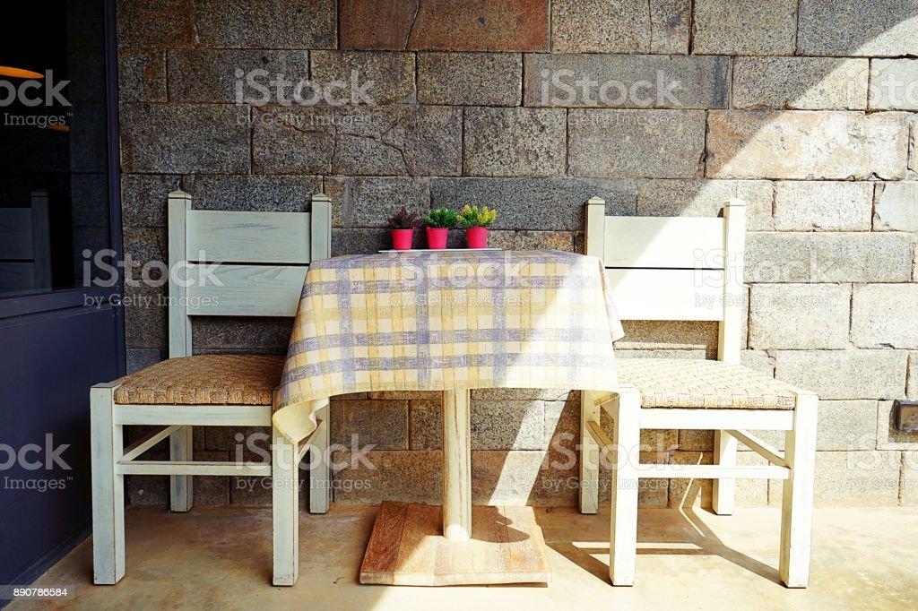 Houten Tafel Met Witte Stoelen.Witte Houten Tafel En Witte Houten Stoelen Met Vintage Achtergrond