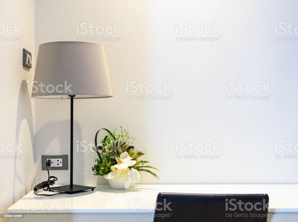 Weiße Arbeitstisch mit Tischlampe, Schlafzimmer Innenraum – Foto