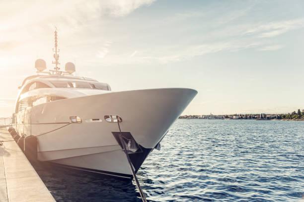 witte jacht op de jachthaven - aangemeerd stockfoto's en -beelden
