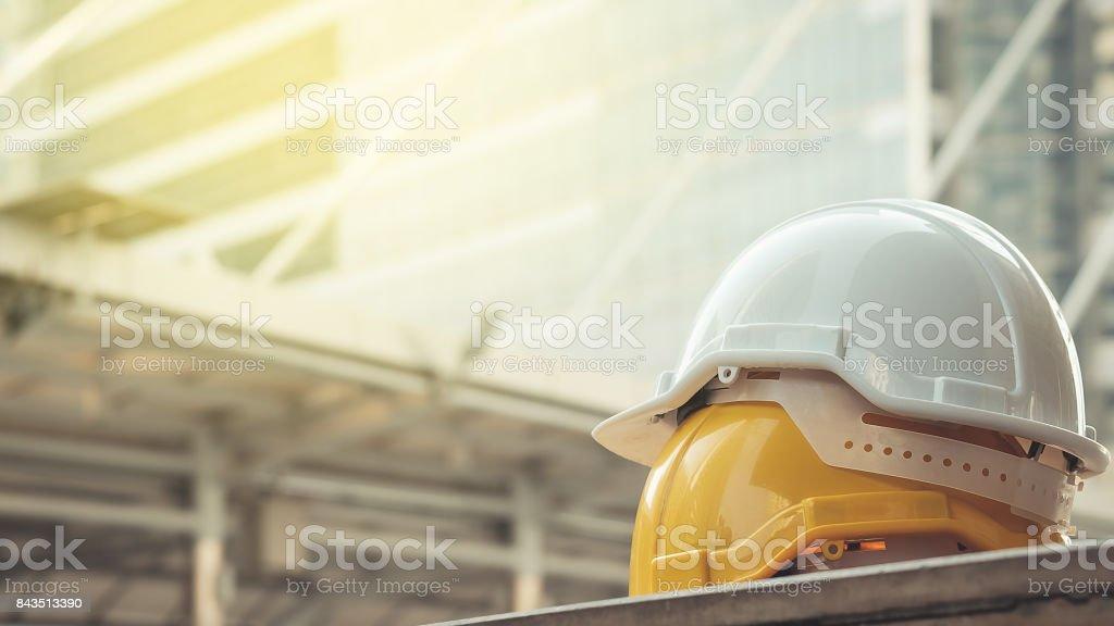 weiß, gelb hart Sicherheit Helm Hut für Sicherheit-Projekt des Arbeiters als Ingenieur oder Arbeiter, auf Betonboden auf Stadt Lizenzfreies stock-foto