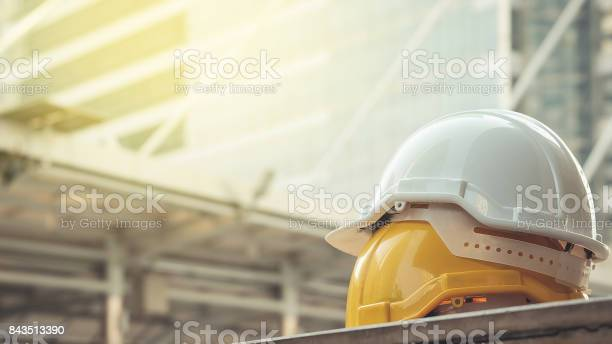 Weiß Gelb Hart Sicherheit Helm Hut Für Sicherheitprojekt Des Arbeiters Als Ingenieur Oder Arbeiter Auf Betonboden Auf Stadt Stockfoto und mehr Bilder von Arbeit und Beschäftigung