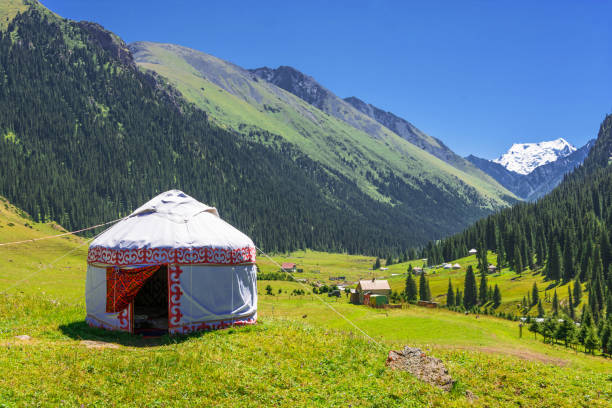 white yurt in the mountains of kyrgyzstan. - yourte photos et images de collection