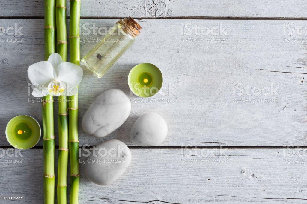 des plantes blanches pierres de zen balance, orchidée et bambou sur la table en bois - Photo