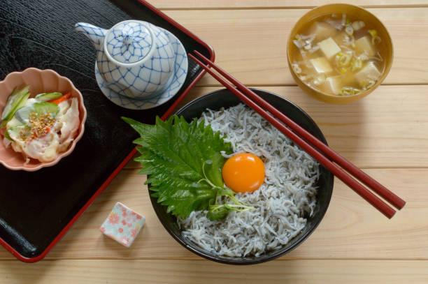 シラス丼 - 丼物 ストックフォトと画像
