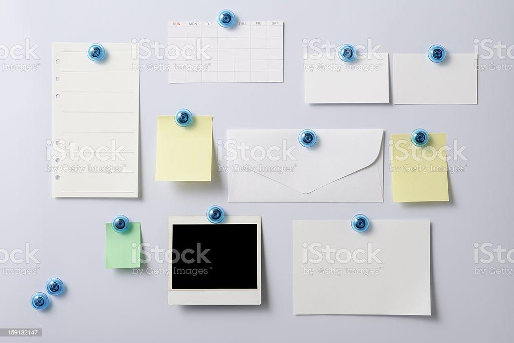 Tableau blanc avec un polaroid et de fournitures de bureau