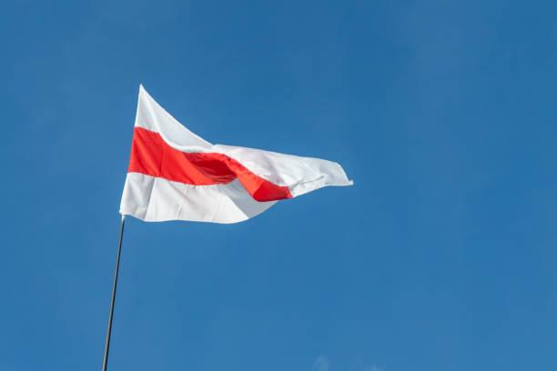 biało-czerwono-biała flaga na tle błękitnego nieba. pokojowe protesty w republice białoruś, wybory prezydenckie w republice białoruś. - białoruś zdjęcia i obrazy z banku zdjęć