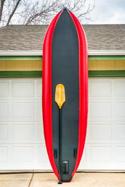 whitewater uppblåsbar stand up paddleboard - surf garage bildbanksfoton och bilder