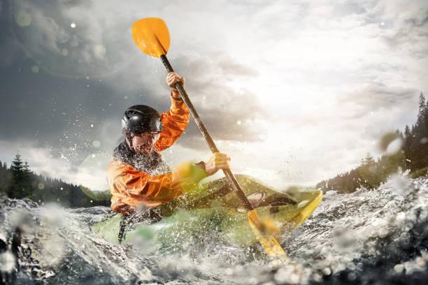 wildwater kajakken, extreme kajakken. een man in een kajak, zeilen op een berg rivier - adrenaline stockfoto's en -beelden