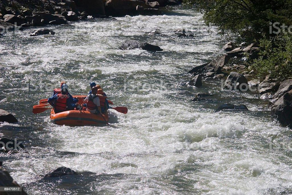 """""""Rafting"""" en aguas rápidas en Clear Creek, Colorado foto de stock libre de derechos"""
