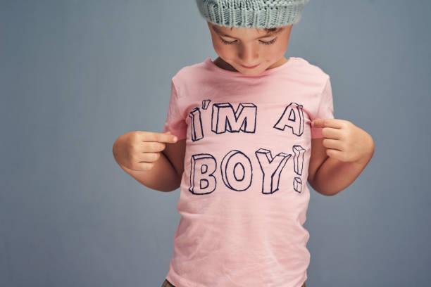 ¿quién dijo que los muchachos no puede usar color de rosa? - moda playera fotografías e imágenes de stock